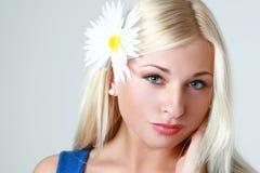 Schöne reizvolle blonde Frau Stockbilder