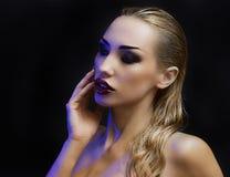 Schöne reizvolle blonde Frau Dunkler Hintergrund Heller Smokey Eyes lizenzfreie stockfotos