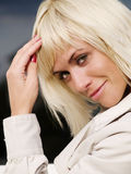 Schöne reizvolle blonde Frau im Mantel Stockbilder