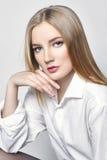Schöne reizvolle blonde Frau Mädchen mit dem perfekten Körper, der auf Schemel sitzt Schönes langes Haar und Beine, glatte sauber Stockbild