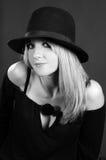 Schöne reizvolle blonde Frau mit Hut. Art und Weisekunst Stockfoto