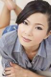 Schöne reizvolle chinesische asiatische Frauen-Niederlegung Lizenzfreies Stockbild