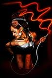 Schöne reizvolle Cyborg-Frau mit elektrischem Netzkabel Stockbild