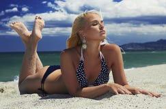 Schöne reizvolle Frau auf dem Strand blondes Mädchen der Schönheit im Bikini Glückliche Familie für Ihr, Stockbilder