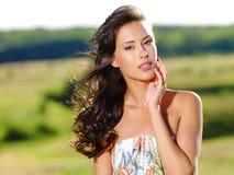 Schöne reizvolle Frau auf der Natur stockbild