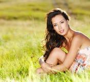 Schöne reizvolle Frau auf der Natur Stockfoto
