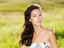 Schöne reizvolle Frau auf der Natur Lizenzfreies Stockfoto