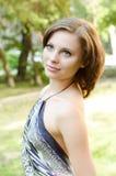 Schöne reizvolle Frau auf der Natur Lizenzfreie Stockfotografie