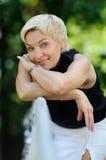 Schöne reizvolle Frau auf der Natur Lizenzfreie Stockfotos