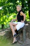 Schöne reizvolle Frau auf der Natur Stockbilder