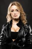 Schöne reizvolle Frau in der schwarzen Lederjacke Stockfoto