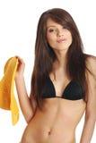 Schöne reizvolle Frau im gelben Hut und im Bikini lizenzfreies stockfoto