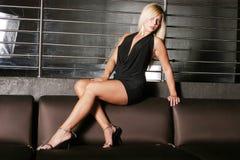 Schöne reizvolle Frau im schwarzen Kleid Stockfotos