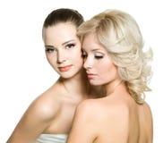 Schöne reizvolle junge erwachsene Frauen, die auf Weiß aufwerfen Lizenzfreie Stockfotos