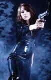 Schöne reizvolle Mädchenholdinggewehr. Stockfotografie