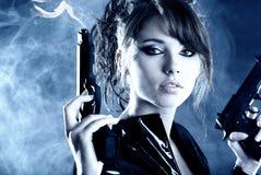 Schöne reizvolle Mädchenholdinggewehr Stockfoto