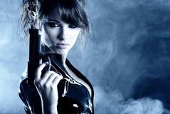 Schöne reizvolle Mädchenholdinggewehr Stockfotos