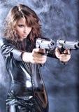 Schöne reizvolle Mädchenholdinggewehr lizenzfreie stockfotografie