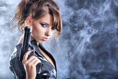 Schöne reizvolle Mädchenholdinggewehr Lizenzfreie Stockbilder
