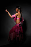 Schöne reizvolle Tänzerfrau im bellydance Kostüm Stockfotografie