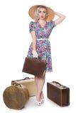Schöne Retro- blonde Stellung mit Weinlesekoffern, tragendes s Lizenzfreies Stockfoto