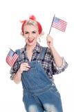Schöne Retro- Frau feiert am 4. Juli, lokalisiert auf Weiß lizenzfreie stockfotos