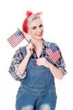 Schöne Retro- Frau feiert am 4. Juli, lokalisiert auf Weiß stockfoto