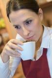 Schöne riechende Kaffeebohnen der jungen Frau Lizenzfreie Stockbilder