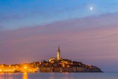 Schöne romantische alte Stadt von Rovinj nach magischem Sonnenuntergang und Mond auf dem Himmel, Istrian-Halbinsel, Kroatien, Eur Lizenzfreie Stockfotografie