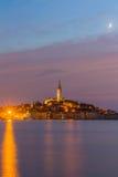 Schöne romantische alte Stadt von Rovinj nach magischem Sonnenuntergang und Mond auf dem Himmel, Istrian-Halbinsel, Kroatien, Eur Lizenzfreies Stockbild
