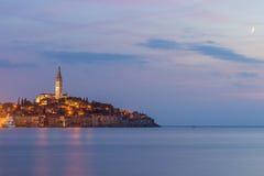 Schöne romantische alte Stadt von Rovinj nach magischem Sonnenuntergang und Mond auf dem Himmel, Istrian-Halbinsel, Kroatien, Eur Stockfotografie