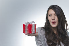 Schöne romantische Frau, die ein Geschenk hält Stockfotografie