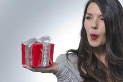 Schöne romantische Frau, die ein Geschenk hält Stockfotos