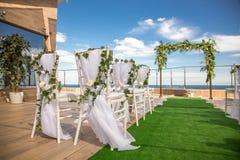 Schöne romantische Hochzeits-Zeremonie-Dekorationen Einrichtung nahe stockfotografie