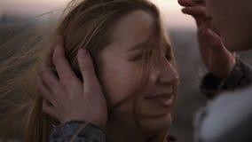 Schöne, romantische junge Paare, die vertrauliches hintergrundbeleuchtetes durch die Sonne mit Aufflackerneffekt bei herein stehe stock footage