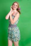 Schöne romantische Mädchenblondine im Sommerkleid mit Orchideenblume Stockbild