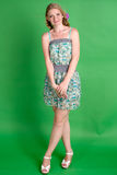 Schöne romantische Mädchenblondine im Sommerkleid mit Orchideenblume Lizenzfreie Stockbilder
