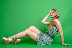 Schöne romantische Mädchenblondine im Sommerkleid mit Orchideenblume Stockfotos