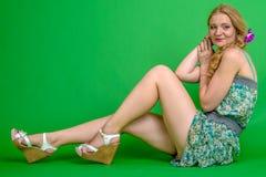 Schöne romantische Mädchenblondine im Sommerkleid mit Orchideenblume Lizenzfreies Stockfoto