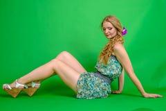 Schöne romantische Mädchenblondine im Sommerkleid mit Orchideenblume Lizenzfreies Stockbild