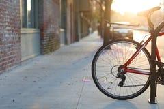 Schöne romantische Sonnenuntergangstadtstraße mit einem Fahrrad, europäische Art des Lebens in Pasadena, Kalifornien stockfotografie