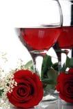Schöne, romantische Valentinsgruß-Rosen und Wein Lizenzfreies Stockbild