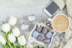 Schöne romantische Zusammensetzung mit Kaffee, süßem Lebensmittel und flowe lizenzfreies stockfoto