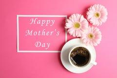 Schöne rosa Gerberablumen, -Tasse Kaffee und -rahmen auf Farbhintergrund, Draufsicht stockfotos