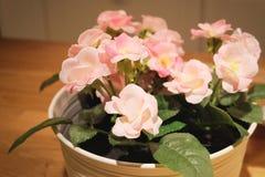 Schöne rosa künstliche Rosen-Blumen in einem Topf stockfotos