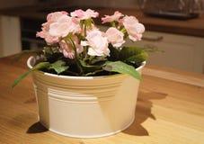 Schöne rosa künstliche Rosen-Blumen in einem Topf stockfotografie