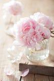 Schöne rosa Pfingstrose blüht Blumenstrauß im Vase lizenzfreie stockfotografie