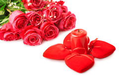 Schöne rosa Rosen und vier Herzen Stockfotografie