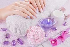 Schöne rosa und purpurrote Maniküre lizenzfreies stockbild