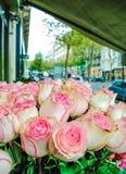 Schöne rosa und rote Rosen blüht an einem Pariser Blumenspeicher Stockfotografie